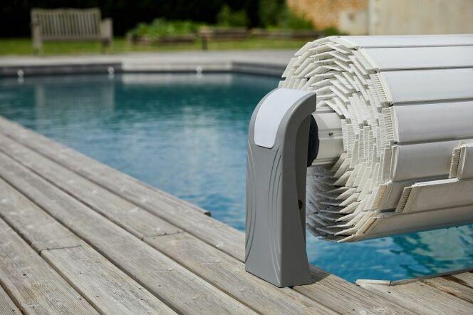 Les pieds gris du volet de piscine, discrets et élégants.