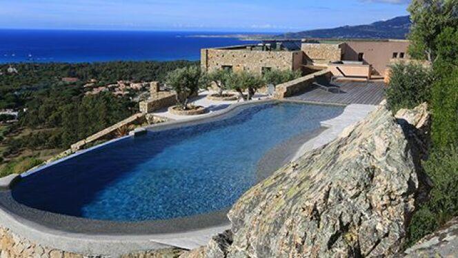 Les piscines à débordement s'adaptent à tous les terrains, à condition d'avoir suffisamment de place.