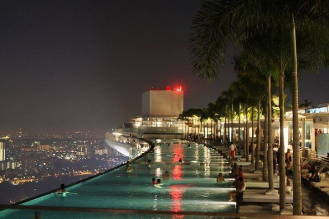"Les piscines suspendues  <span class=""normal italic petit"">© Marina Bay Sands Singapour</span>"