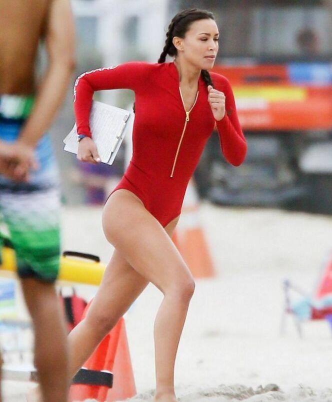 """Le célèbre maillot rouge a évolué<span class=""""normal italic petit"""">© Just Jared</span>"""