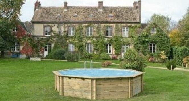 """Les prix d'une piscine bois varient selon le type et les dimensions de la piscine.<span class=""""normal italic petit"""">© Solostocks</span>"""