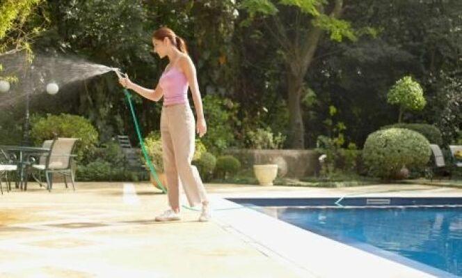 """Les produits déchlorinateur permettent, entre autre, d'utiliser l'eau de la piscine pour arroser<span class=""""normal italic petit"""">© amana productions- Thinkstock</span>"""