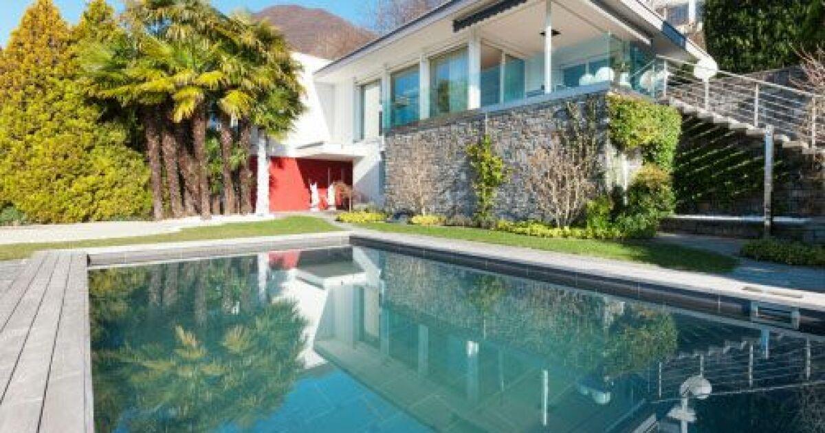 les solutions pour chauffer l eau de votre piscine. Black Bedroom Furniture Sets. Home Design Ideas