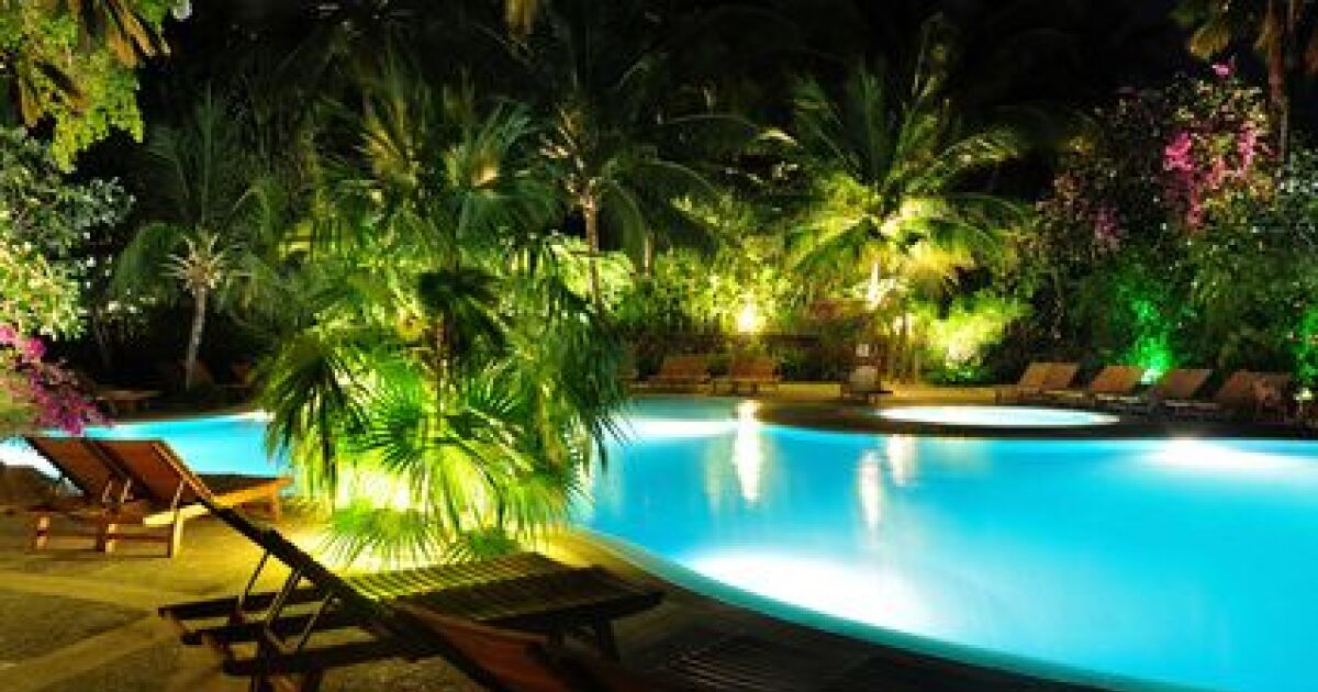 installer des spots de terrasse autour de sa piscine. Black Bedroom Furniture Sets. Home Design Ideas
