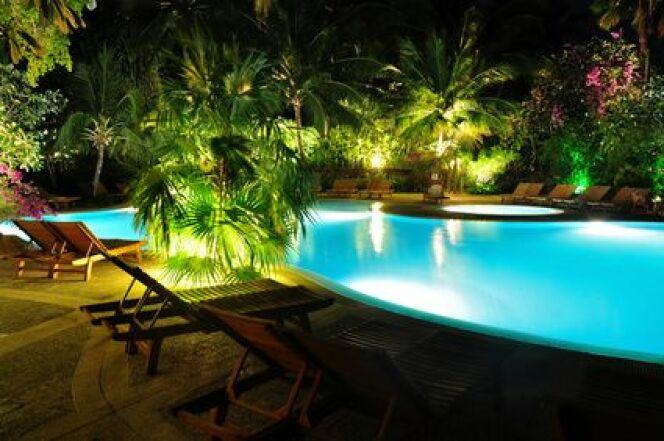 """Les spots de terrasse pour piscine permettent de délimiter les abords du bassin.<span class=""""normal italic petit"""">© Marianne Mayer - Fotolia.com</span>"""