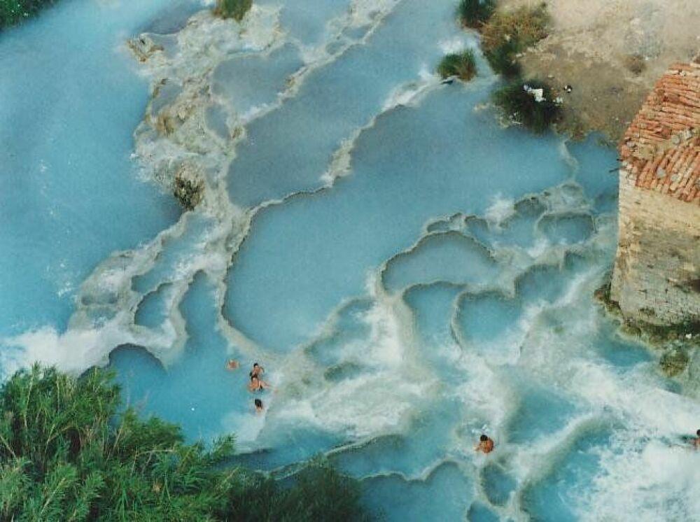 Les thermes Saturnia vues d'en haut : des bassins naturels d'eau thermale en plein air© wwkendromanticotoscana.info