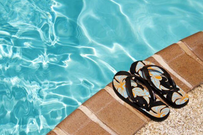 """Les tongs et claquettes pour se protéger des verrues à la piscine<span class=""""normal italic petit"""">© Delphimages - Fotolia.com</span>"""