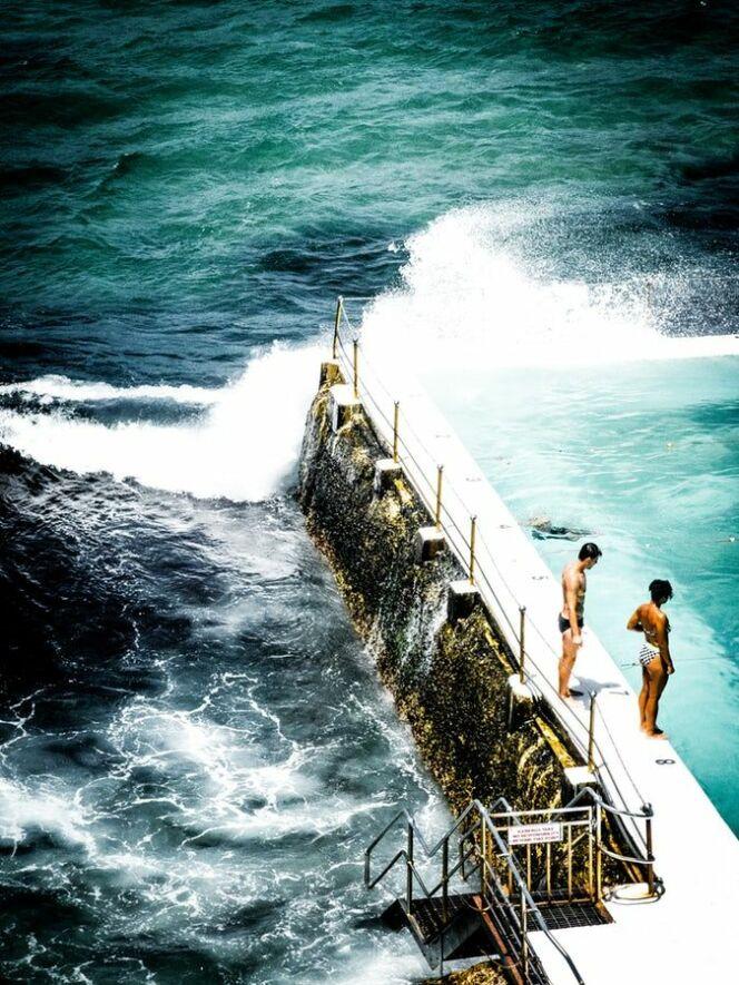Les vagues s'écrasent dans la piscine