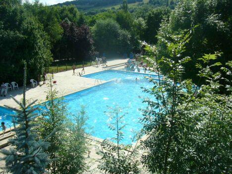 Les bassins de la piscine du Parc de l'Auxois à Arnay sous Vitteaux sont entourés de verdure.