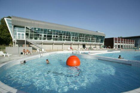 """Les bassins extérieurs de la piscine de Moulins<span class=""""normal italic"""">DR</span>"""