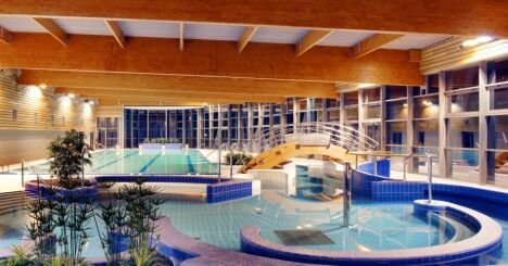 """Les bassins intérieurs de la piscine Sancy'O à La Bourboule<span class=""""normal italic petit"""">© s.lucas / Octant Architecture</span>"""