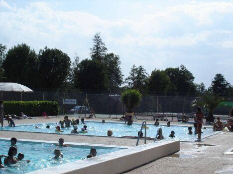 Les deux bassins de la piscine à Charlieu