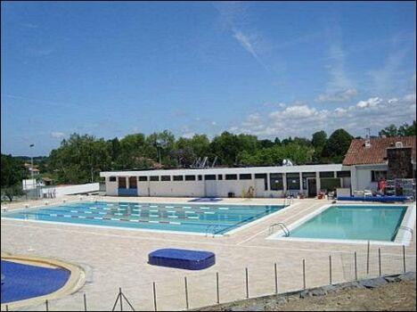 Les deux bassins de la piscine de Cambo les Bains