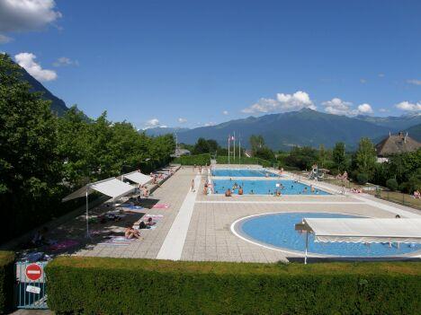"""Les deux bassins de natation et la pataugeoire de la piscine de Saint Pierre d'Albigny.<span class=""""normal italic petit"""">DR</span>"""