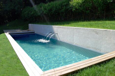 """Les jets d'eau crééent du mouvement dans une piscine design<span class=""""normal italic petit"""">© L'Esprit Piscine</span>"""