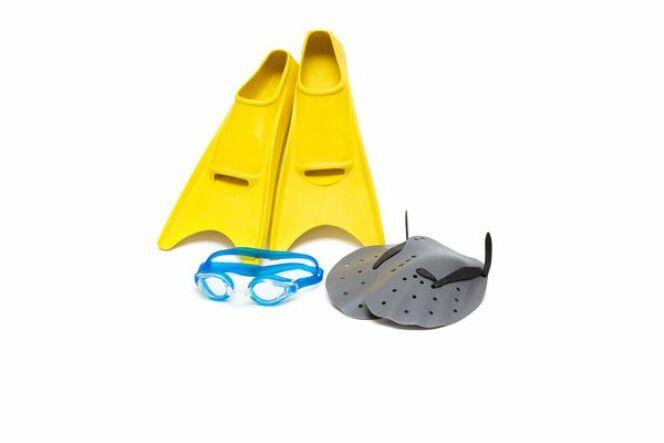 """Lunettes, palmes et paddles (ou plaquettes de natation) : l'équipement parfait pour l'entrainement<span class=""""normal italic petit"""">© Georgiy Pashin - Fotolia.com</span>"""