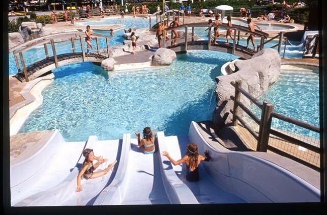 Les toboggans de la piscine des Lagons à Doucier