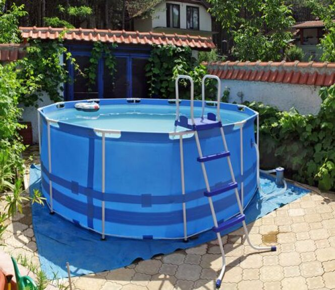 """Le liner d'une piscine autoportée peut dans certains cas être remplacé.<span class=""""normal italic petit"""">© shutterstock_Boris Mrdja</span>"""
