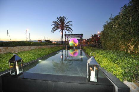 """Liner noir et éclairage étudié, le couloir de nage comme accessoire de soirée.<span class=""""normal italic petit"""">© Diffazur</span>"""