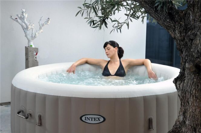 """Un spa de location permet de profiter d'un bain à bulles pour pas cher.<span class=""""normal italic petit"""">© Intex</span>"""