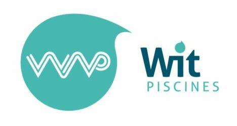 """Logo WIT PISCINES spécialiste de la piscine bois et rénovation<span class=""""normal italic petit"""">DR</span>"""