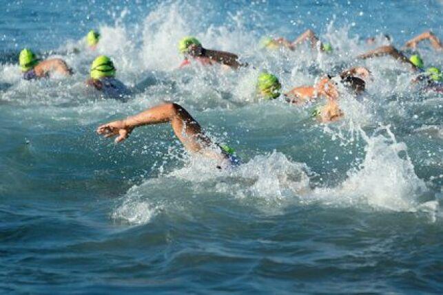 Lorsqu'on nage à plusieurs, on peut profiter de l'aspiration créée par un autre nageur en nageant dans son sillage.