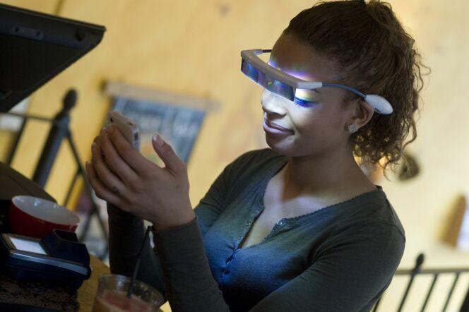 """Les lunettes de luminothérapie sont un équipement bien-être facile à emmener partout avec vous.<span class=""""normal italic petit"""">© Luminette</span>"""