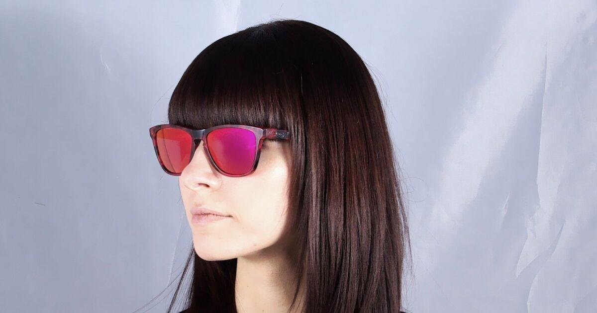 Lunettes de soleil femme oakley verres miroirs rouges et for Lunettes piscine miroir