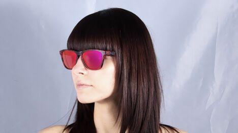 """Lunettes de soleil femme Oakley verres miroirs rouges et écailles été 2013<span class=""""normal italic petit"""">© Visiofactory</span>"""