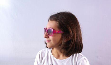"""Lunettes de soleil fille roses à fleurs Guess Kids été 2013<span class=""""normal italic petit"""">© Visiofactory</span>"""