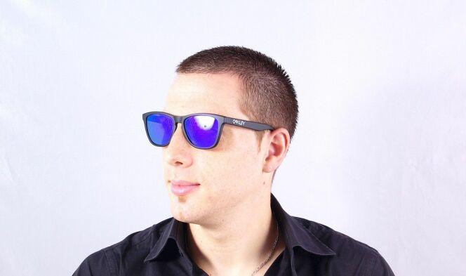 Lunettes de soleil homme Oakley verres miroirs bleus été 2013