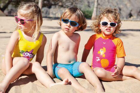 """Lunettes de soleil, maillots de bain colorés et tee-shirts anti-UV : les petits sont parés pour la plage !<span class=""""normal italic petit"""">© Arena</span>"""