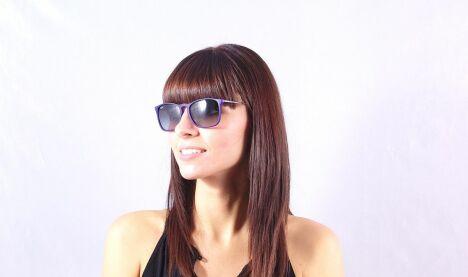 """Lunettes de soleil Ray-Ban femme monture fine violet verres dégradés été 2013<span class=""""normal italic petit"""">© Visiofactory</span>"""