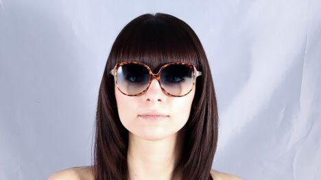 """Lunettes de soleil Victoria Beckham écailles verres dégradés été 2013<span class=""""normal italic petit"""">© Visiofactory</span>"""