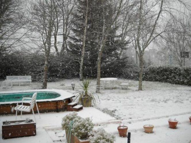 """Le mois de février est peut-être le dernier mois d'hivernage de votre piscine si les températures sont douces. Vérifiez que l'hivernage s'est bien passé et continuer à assurer l'entretien de votre piscine.<span class=""""normal italic petit"""">© Piscinelle</span>"""