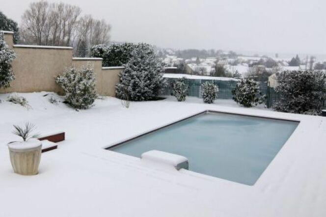 """En hiver, votre piscine est en repos ou plus précisément en hivernage. Mais cela ne veut pas dire que vous ne devez plus vous en occuper. Quelques gestes d'entretien sont nécessaires pour la maintenir en bon état jusqu'au printemps.<span class=""""normal italic petit"""">© Piscinelle</span>"""