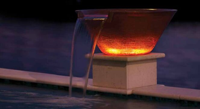 "MagicBowl Water Effects : un feu incandescent à côté de votre piscine.  <span class=""normal italic petit"">© Pentair Pool</span>"