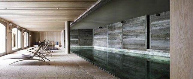 Magnifique piscine intérieure à l'Hôtel le Crans
