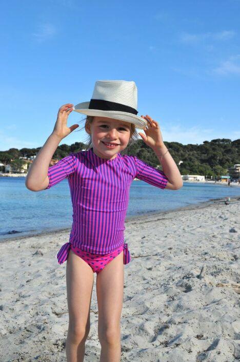 "Maillot de bain anti-UV fille à pois et tee-shirt rayé rose et bleu Little Duck<span class=""normal italic petit"">© Little Duck</span>"
