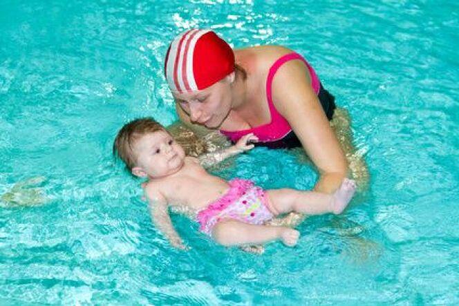"""Maillot de bain bébé pour fille<span class=""""normal italic petit"""">© Lsantilli - Fotolia.com</span>"""