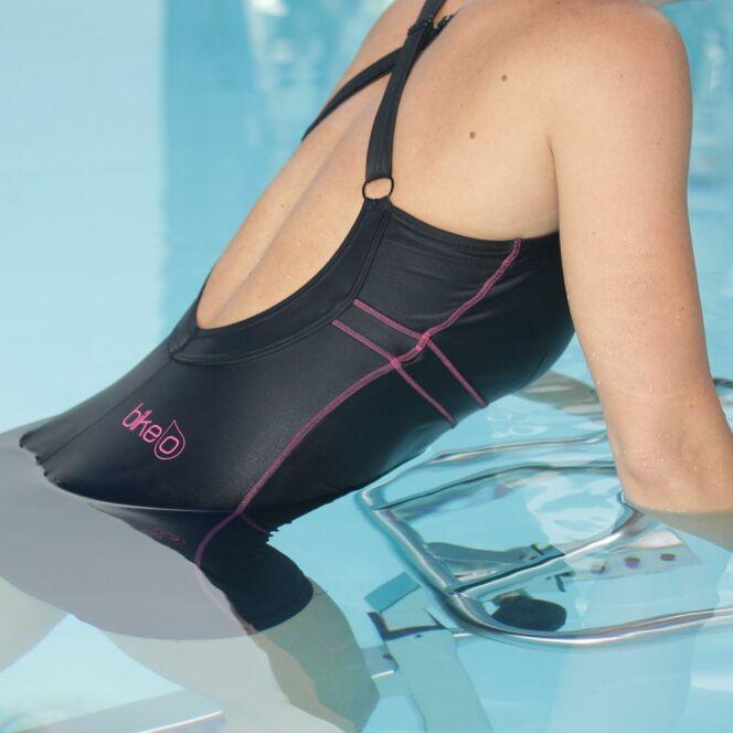 "Maillot de bain femme une pièce BIKE'O pour l'aquabiking.<span class=""normal italic petit"">© Bikeo</span>"