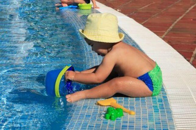 Maillot de bain couche pour les bébés à la piscine