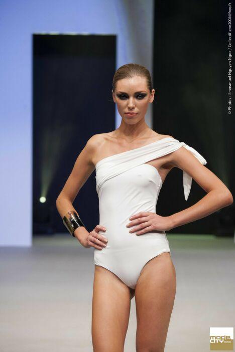 """Maillot de bain une pièce blanc asymétrique drapé épaule Thapelo<span class=""""normal italic petit"""">© Mode City Paris</span>"""
