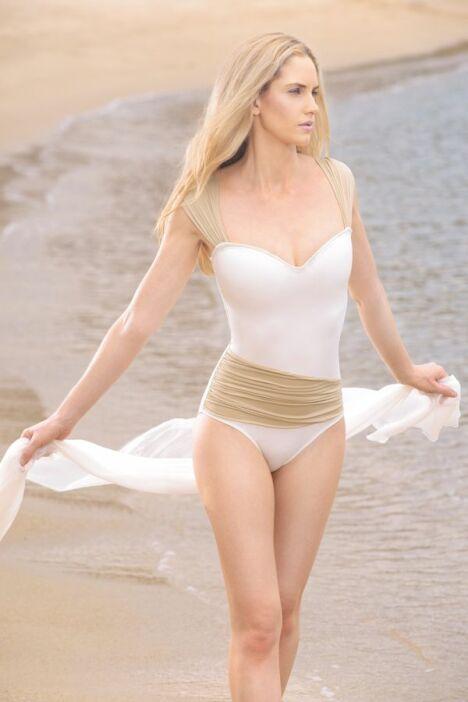 "Maillot de bain une pièce drapé blanc et champagne Jog Swimwear<span class=""normal italic petit"">© Jog Swimwear</span>"