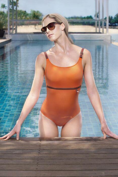 """Maillot de bain une pièce orange détails boucles marron Jog Swimwear<span class=""""normal italic petit"""">© Jog Swimwear</span>"""