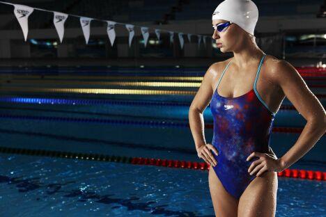 """Maillot de bain une pièce spécial natation, imprimé bleu et rouge Speedo 2013<span class=""""normal italic petit"""">© Speedo</span>"""