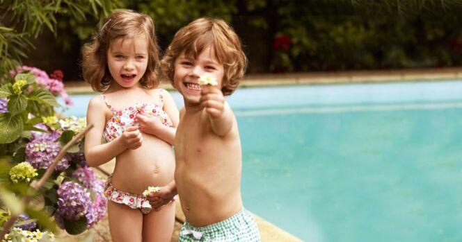 Maillots de bain fille à fleurs et garçon à carreaux, par Petit Bateau© Petit Bateau