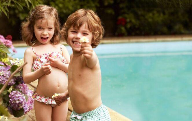 Maillots de bain fille à fleurs et garçon à carreaux, par Petit Bateau © Petit Bateau