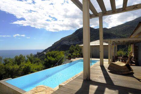 """Maison en bois avec piscine à débordement, entre mer et montagne<span class=""""normal italic petit"""">© L'Esprit Piscine</span>"""