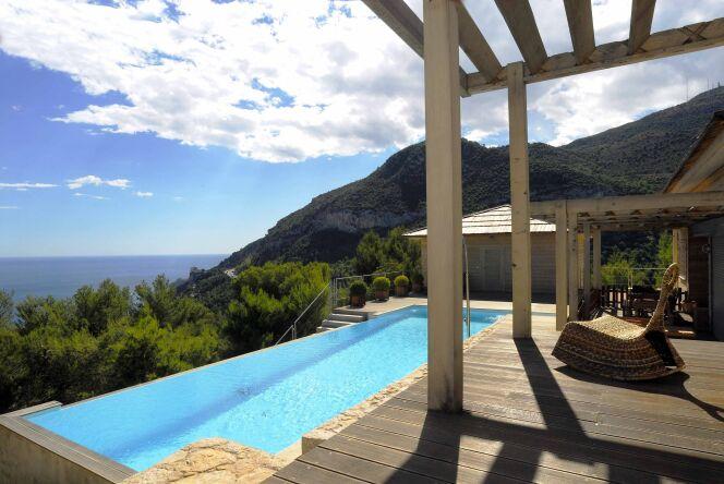 Maison en bois avec piscine à débordement, entre mer et montagne